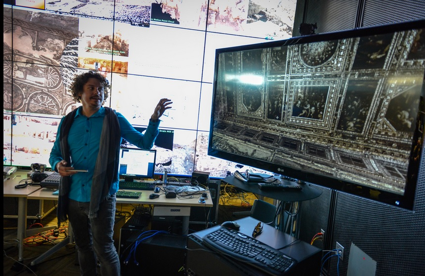 Vid Petrovid displaying his visualization software and the point cloud of the ceiling of Palazzo Vecchio.